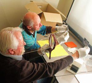 Hans en Klaas broederlijk aan het inventariseren